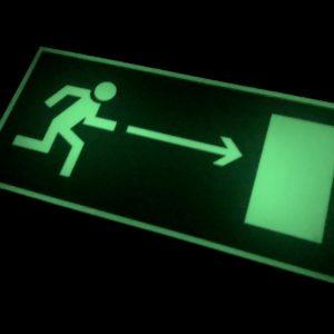 Эвакуационный знак Е 03 Направление к эвакуационному выходу направо