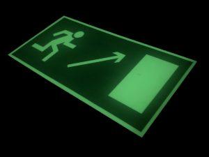 """Знак эвакуации """"Направление к эвакуационному выходу направо вверх"""" E 05"""