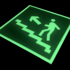 Эвакуационный знак E 16 Направление к эвакуационному выходу по лестнице вверх (левосторонний)