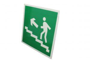 Знак на путях эвакуации по лестнице вверх левый