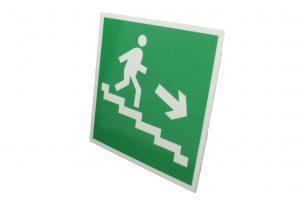 Знак эвакуации фотолюминесцентный по лестнице вниз правый