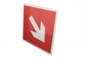Сигнальный знак пожарной безопасности Стрелка под углом 45°